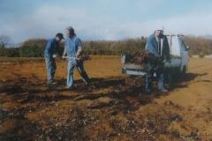 落ち葉堆肥を敷く様子